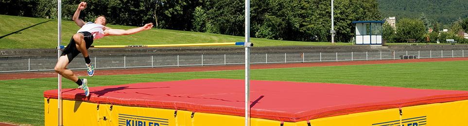 Stabhochsprungständer tragen die Latte und sind unverzichtbarer Teil einer Stabhochsprunganlage. Egal für welche Sprunghöhe, Kübler Sport bietet Ihnen robuste und stabile Sprungständer für Training und Wettkampf.